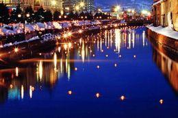 【小樽運河を包み込むように照らすあかり/小樽雪あかりの路】写真